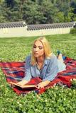 Красивая усмехаясь женщина лежа на траве внешней Стоковые Изображения RF