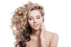 Красивая усмехаясь женщина. Здоровое длинное вьющиеся волосы Стоковое фото RF