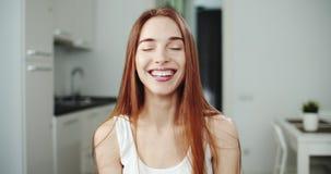 Красивая усмехаясь женщина видеоматериал