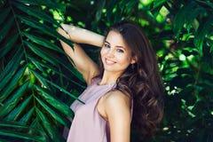 Красивая усмехаясь женщина представляя на естественной зеленой тропической предпосылке леса стоковое фото rf