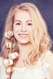 Красивая усмехаясь женщина с здоровой кожей Стоковая Фотография RF