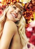 Красивая усмехаясь женщина с красочным венком стоковое изображение