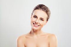 Красивая усмехаясь женщина с ясной кожей и милой улыбкой Стоковое Фото