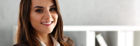 Красивая усмехаясь жизнерадостная женщина в портрете офиса стоковая фотография