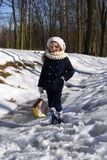 Красивая усмехаясь маленькая девочка держа дом птицы в парке Стоковые Изображения