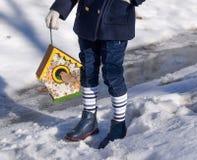 Красивая усмехаясь маленькая девочка держа дом птицы в парке Стоковое фото RF