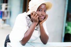 Красивая усмехаясь молодая женщина с красивым взглядом стоковые фотографии rf