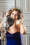 Красивая усмехаясь певица стоковая фотография rf