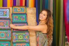 Красивая усмехаясь пряжа ткани одежды молодой женщины касающая андийская традиционная и сплетенный вручную в шерстях, красочных Стоковая Фотография