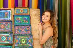 Красивая усмехаясь пряжа ткани одежды молодой женщины касающая андийская традиционная и сплетенный вручную в шерстях, красочных Стоковые Фото