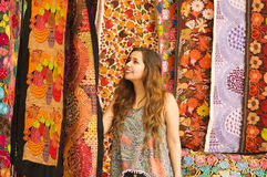 Красивая усмехаясь пряжа ткани одежды молодой женщины касающая андийская традиционная и сплетенный вручную в шерстях, красочных Стоковая Фотография RF
