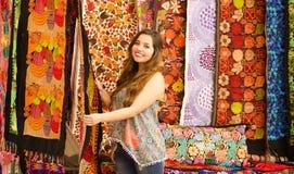 Красивая усмехаясь пряжа ткани одежды молодой женщины касающая андийская традиционная и сплетенный вручную в шерстях, красочных Стоковое Фото
