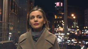 Красивая успешная женщина идя на загоренную улицу города, замедленное движение видеоматериал