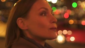 Красивая успешная женщина идя на улицу города ночи, час пик мегаполиса видеоматериал
