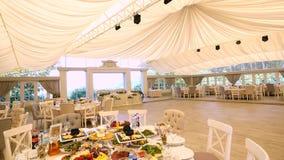 Красивая установка таблицы свадьбы сток-видео