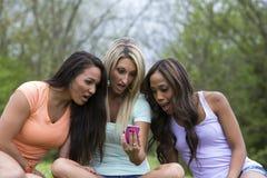 Красивая удивленная женщина 3 сидя в парке Стоковые Изображения RF