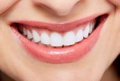 Красивая улыбка женщины. Стоковые Фото