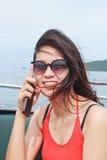 Красивая улыбка молодой женщины на шлюпке скорости Стоковое Изображение