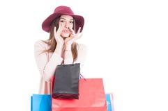 Красивая ультрамодная девушка на свистке покупок для кто-нибудь стоковое фото