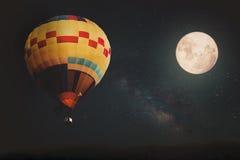 Красивая фантазия горячего воздушного шара и полнолуние с млечным путем играют главные роли в ночных небесах стоковое изображение
