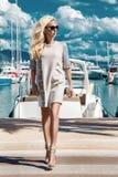 Красивая феноменальная сногсшибательная элегантная роскошная сексуальная белокурая модельная женщина нося платье, высокие пятки и стоковое изображение rf