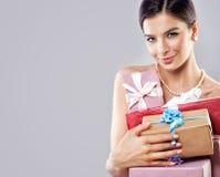 Красивая фотомодель женщины с яркой подарочной коробкой Стоковые Изображения