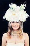 Красивая фотомодель женщины с венком цветков классицистическо стоковая фотография