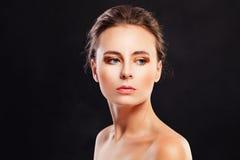 Красивая фотомодель молодой женщины на черноте Стоковые Фотографии RF
