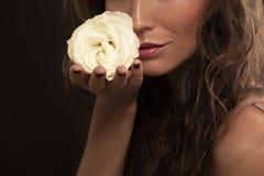 Красивая фотомодель с белой розой Стоковые Изображения