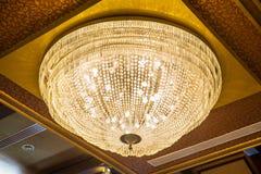 Красивая хрустальная люстра в комнате шарика стоковые фотографии rf