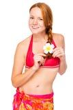 Красивая худенькая девушка в beachwear на белой предпосылке стоковая фотография