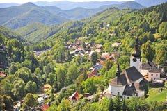 Красивая церковь в зеленых холмах dolina Spania стоковое изображение