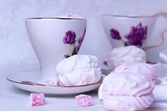 Красивая чашка со стойками орнамента цветка на таблице Рядом разбросанные части восточных помадок и зефиров r стоковое изображение