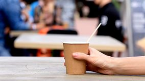 Красивая чашка coupleCoffee на таблице в кафе, конце вверх сток-видео