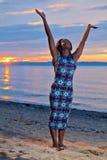 Красивая черная Афро-американская женщина представляя на пляже на su Стоковое Изображение RF