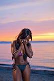 Красивая черная Афро-американская женщина представляя на пляже на su Стоковые Изображения