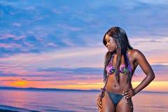 Красивая черная Афро-американская женщина представляя на пляже на su стоковая фотография rf