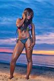 Красивая черная Афро-американская женщина представляя на пляже стоковые изображения