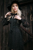 Красивая черная шляпа привлекательной и стильной девушки нося стоя представляющ в городе Обнажённый состав, наиболее хорошо ежедн стоковое фото rf