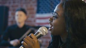 Красивая чернокожая женщина поя с чувствами акции видеоматериалы