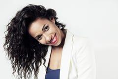 Красивая чернокожая женщина с длинными волосами усмехаясь, emitions Красная губная помада стоковая фотография rf