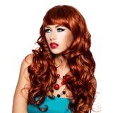 Красивая чувственная женщина с длинными красными волосами. Стоковое Изображение RF
