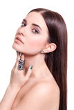 Красивая чувственная молодая женщина с чуть-чуть плечами стоковая фотография