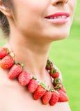 Красивая шея женщины при красные шарики сделанные из свежей клубники стоковые фотографии rf
