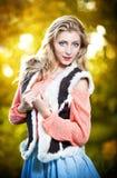 Красивая шикарная женщина в розовом свитере в парке осени. Стоковое Изображение