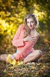 Красивая шикарная женщина с длинними ногами в парке осени Стоковые Изображения RF