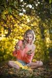 Красивая шикарная женщина с длинними ногами в парке осени Стоковое фото RF