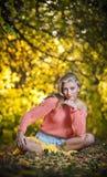 Красивая шикарная женщина с длинними ногами в парке осени Стоковое Фото