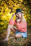 Красивая шикарная женщина с длинними ногами в парке осени. Стоковые Изображения