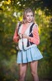 Красивая шикарная женщина с длинними ногами в парке осени. Стоковое Изображение RF